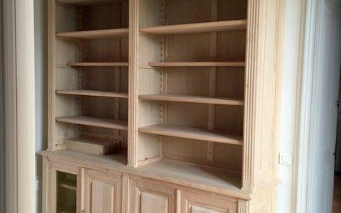 Bibliothèque de bureau sur mesure dissimulant un radiateur