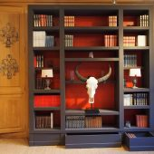 Bibliothèque fond rouge exposée à Versailles