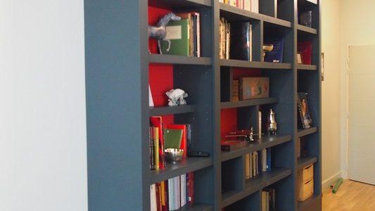 Bibliothèque contemporaine dans couloir