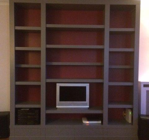 Bibliothèque contemporaine grise à fond rouge