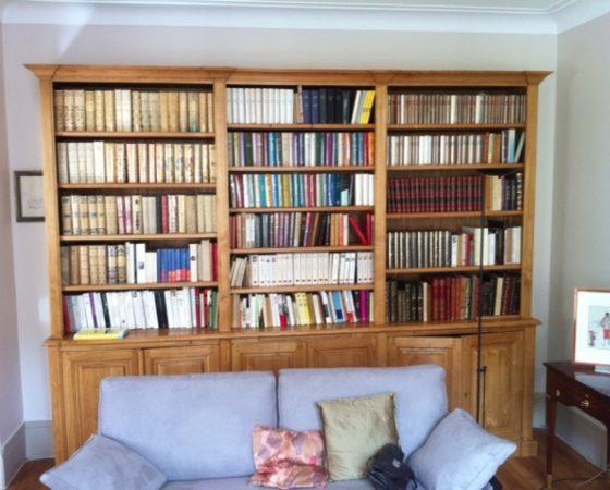 Bibliothèque traditionnelle bois naturel ciré