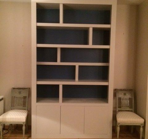 Bibliothèque contemporaine fond bleu