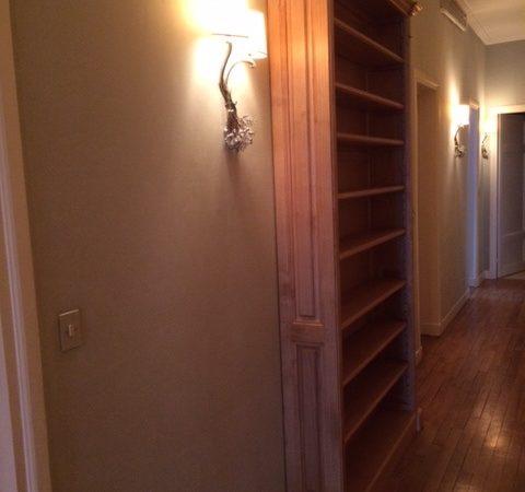Bibliothèque étroite dans un couloir