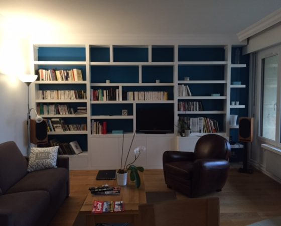 Bibliothèque meuble TV et Hi/Fi sur mesure en médium massif