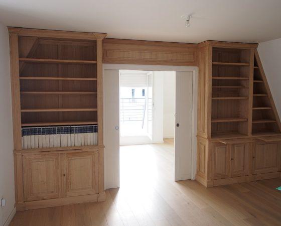 Bibliothèques et meuble bas sur mesure sous un toit mansardé