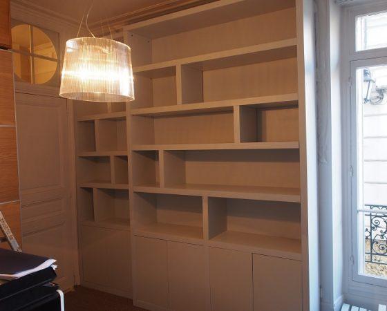 Bibliothèque contemporaine à ressaut dans un appartement versaillais