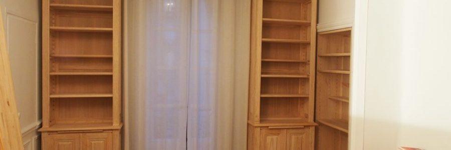 Paire de bibliothèques étroites encadrant une fenêtre