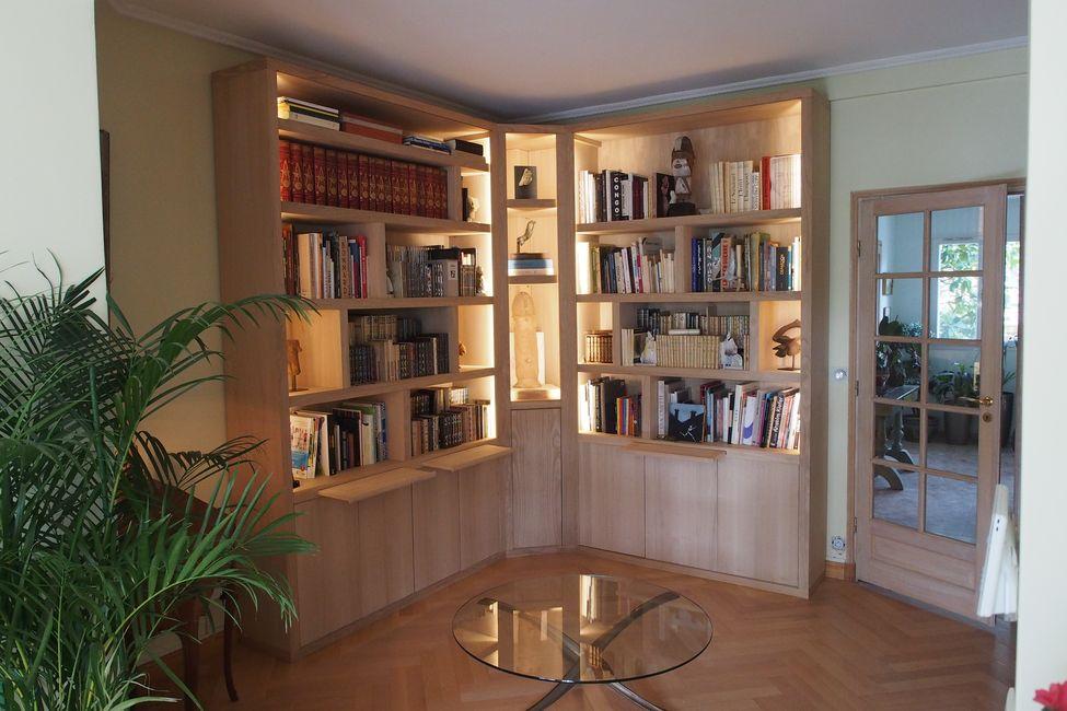 Biblioth que d 39 angle contemporaine avec clairage - Bibliotheque d angle ikea ...