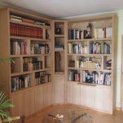 Bibliothèque d'angle contemporaine avec éclairage