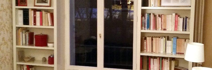 Paire de hauts bibus contemporains encadrant une fenêtre