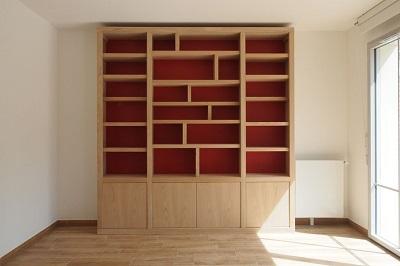 Élégante bibliothèque contemporaine en châtaignier brut et fonds de couleur