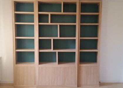 Bibliothèque contemporaine à fond de couleur