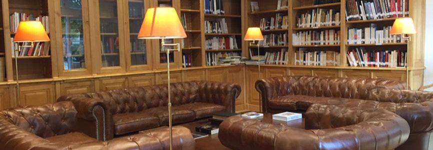 Importante bibliothèque d'angle dans le 6e arrondissement de Paris