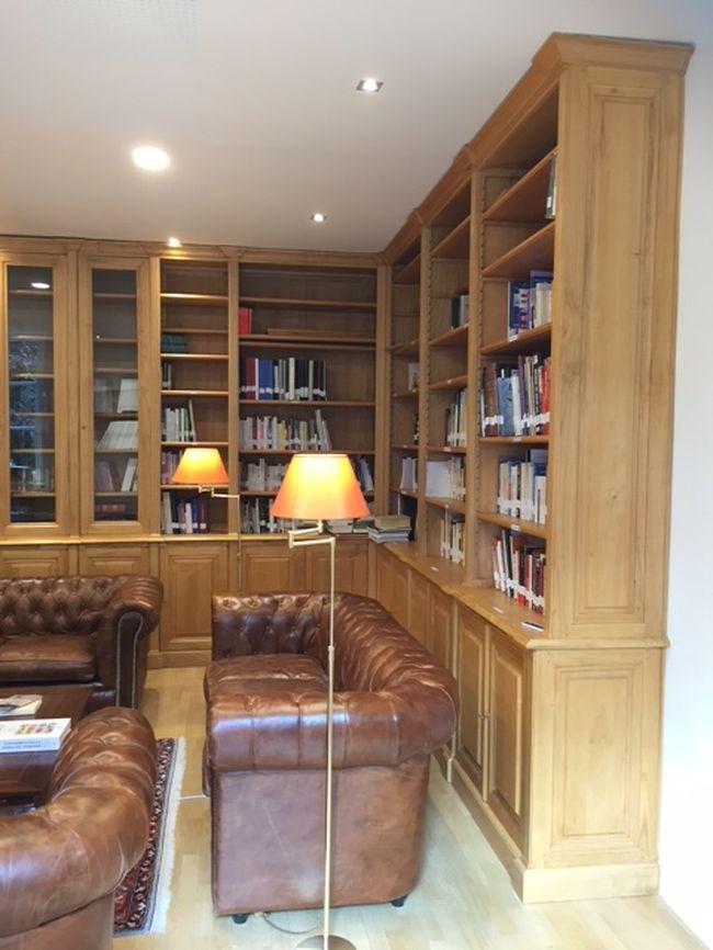 importante biblioth que d 39 angle dans le 6e arrondissement de paris. Black Bedroom Furniture Sets. Home Design Ideas