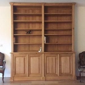 Bibliothèque en bois naturel ouvrante par quatre portes en façade