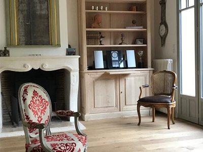 Bibliothèque en bois naturel dans un salon