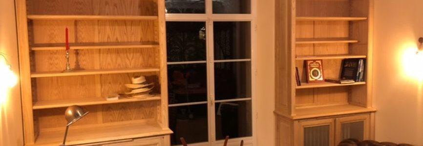Paire de bibliothèques encadrant une fenêtre et cachant un radiateur
