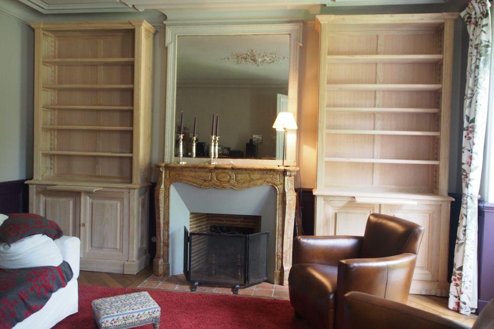 paire de biblioth ques en ch taignier brut encadrant en chemin e en marbre. Black Bedroom Furniture Sets. Home Design Ideas