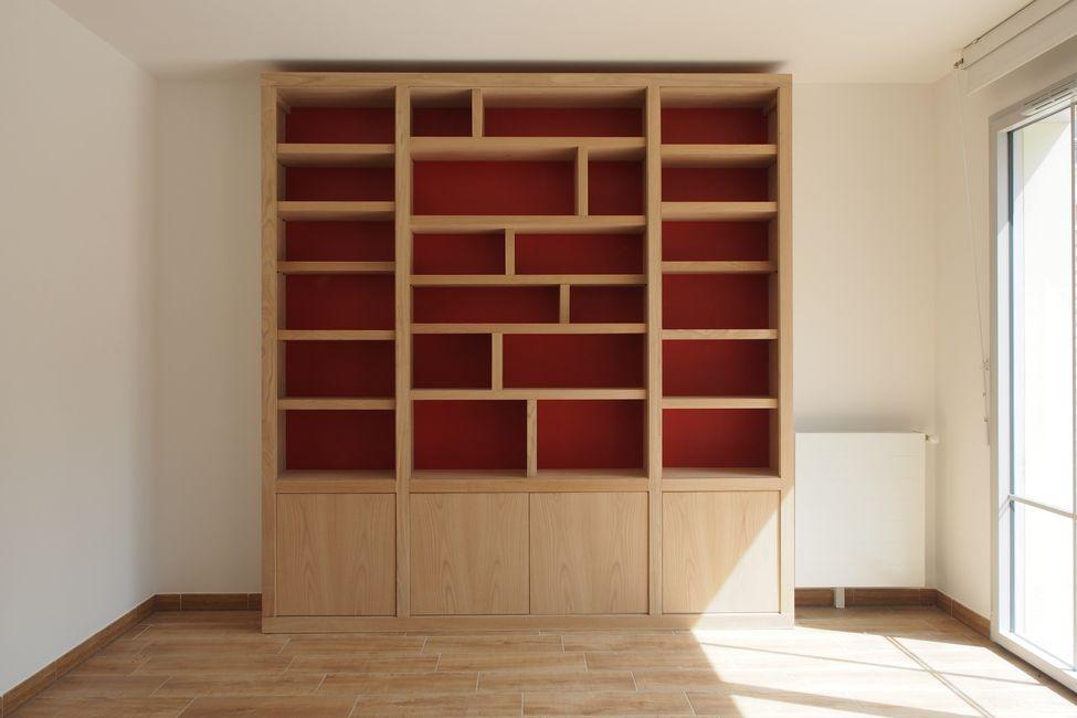 l gante biblioth que contemporaine en ch taignier brut et fonds de couleur. Black Bedroom Furniture Sets. Home Design Ideas